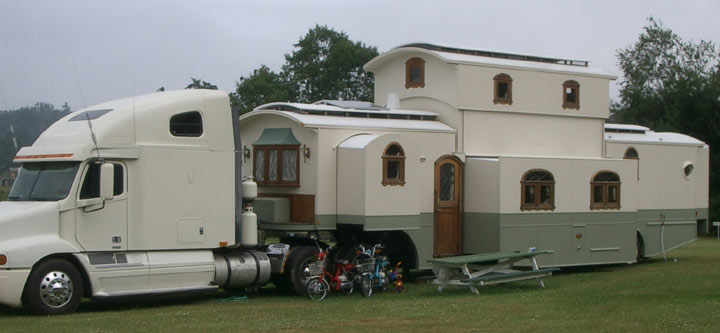 A Real Two Story 5th Wheel Not Sure What You Need To Tow It But Ill Bet Weighs Bunch Click Photo See Video